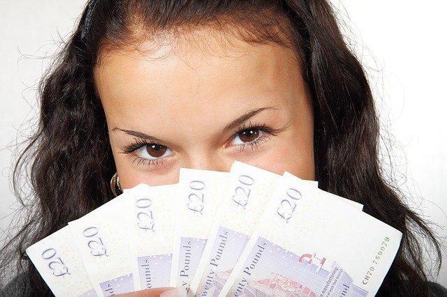 dívka s bankovkami