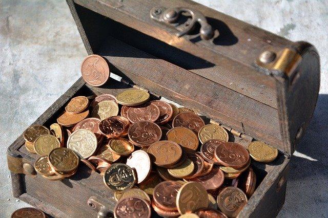 truhla plná mincí