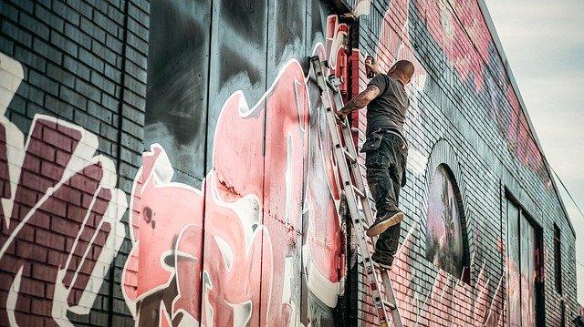 muž tvořící grafitti