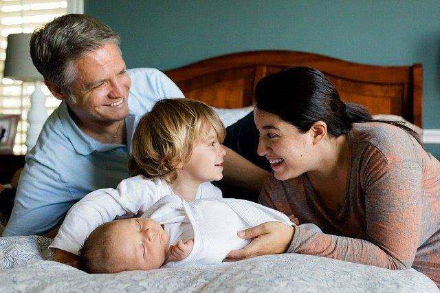 rodina v posteli