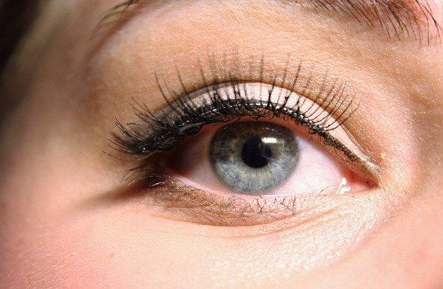 oko s umělými řasami