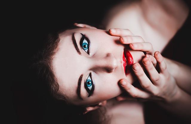 dívka s černými očními linkami