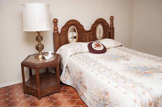 staromódní postel