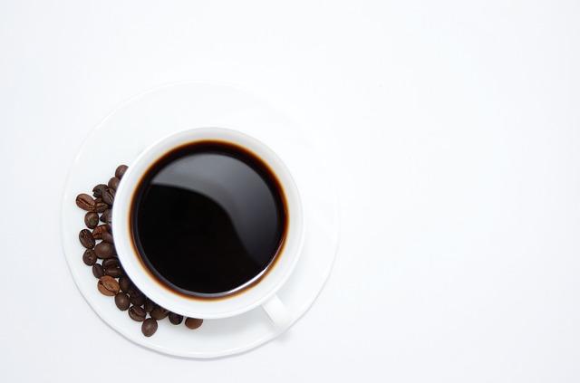 šálek kávy a zrnka