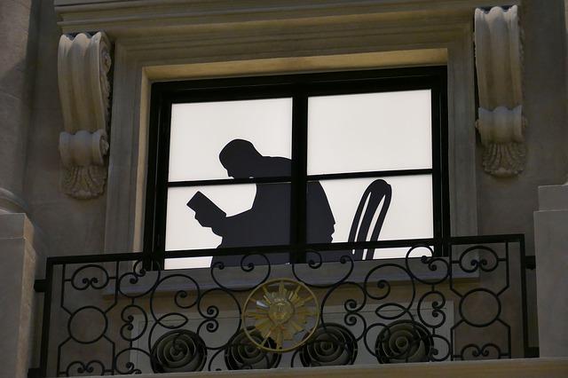 silueta čtenáře