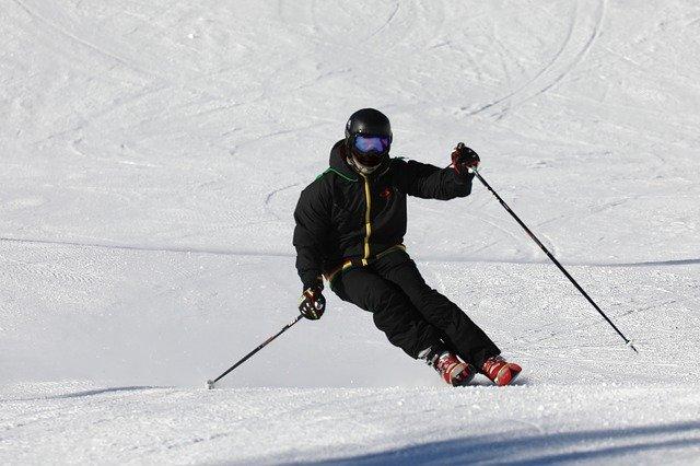 lyžař v černém