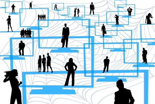 obrazovky a siluety lidí