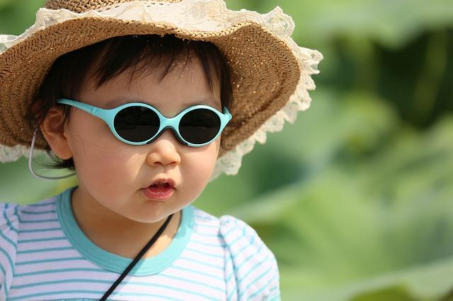 chlapec a sluneční brýle