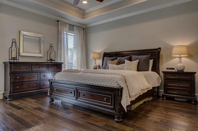 masivní postel