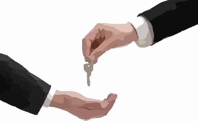 předávka klíčů z ruky do ruky