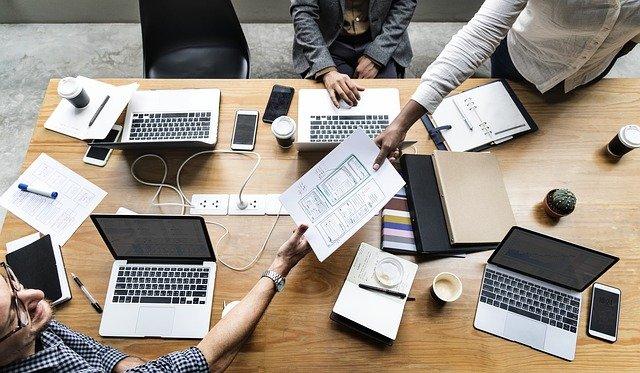 kancelář – práce pomocí notebooků