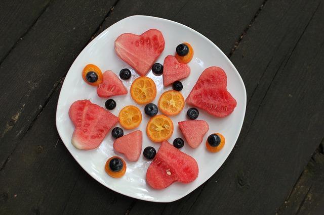 srdíčka z vodního melounu na talíři