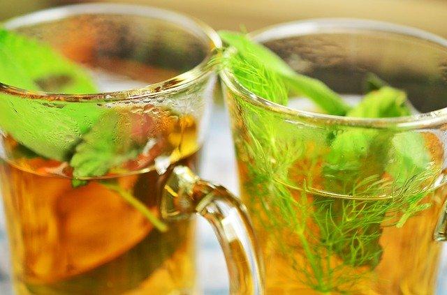 zalité bylinky vodou, pravidelný bylinkový čaj