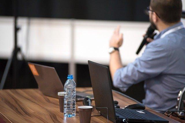 přednáškový sál a přednášející osoba