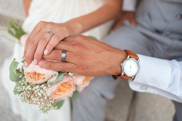 ruce ženicha a nevěsty