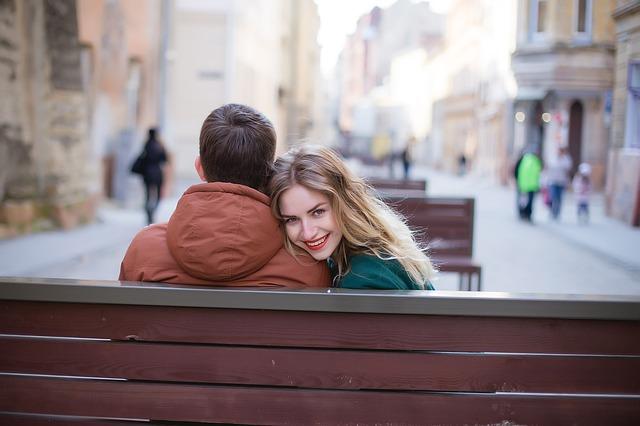 šťastný pár na lavičce