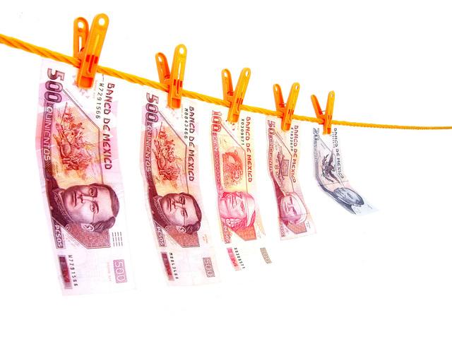vyprané peníze na šňůře