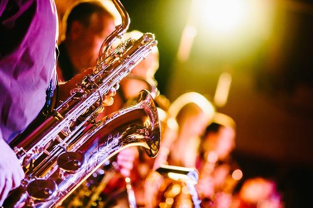 hraní na saxofon