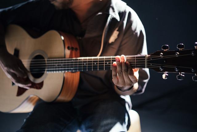 sedící kytarista