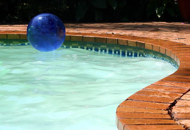 nafukovací míč v zahradním bazénu