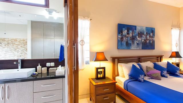 Velká postel v moderně zařízeném interiéru