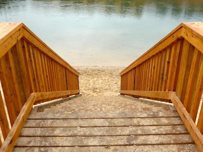 mramorové schodiště doplněné dřevěným zábradlím