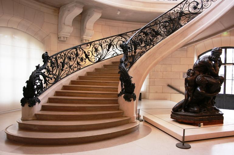dřevěné schodiště doplněné kovovým zábradlím
