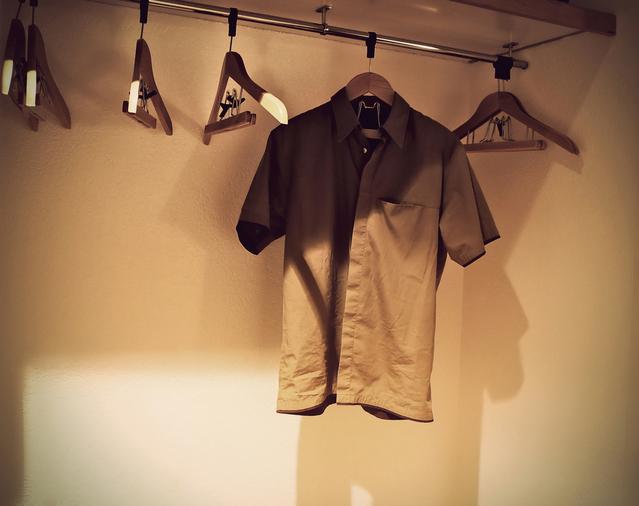košile ve skříni