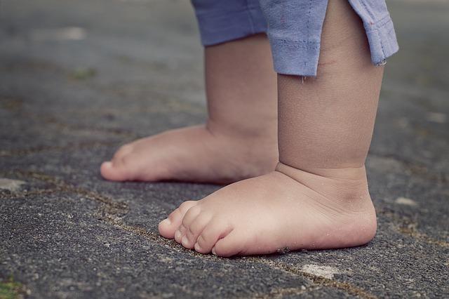 bosé dětské nohy