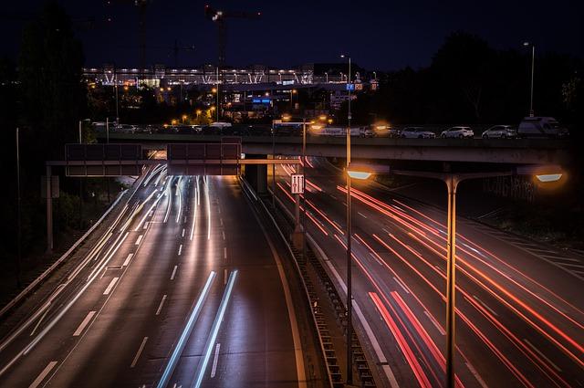večerní dálniční provoz ve městě