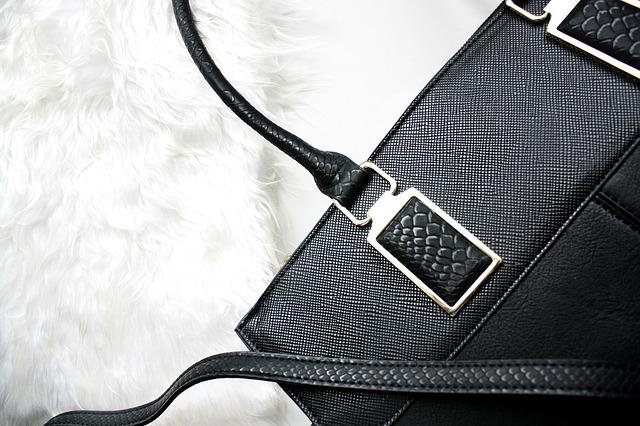 černá kabelka na bílém plyši