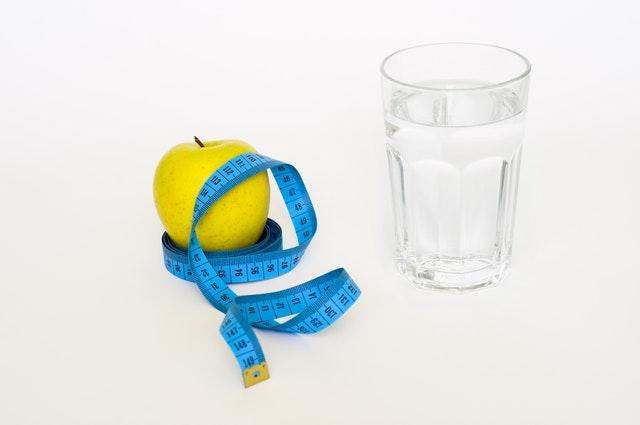 pitný režim je důležitý – vody, metr, jablko.jpg