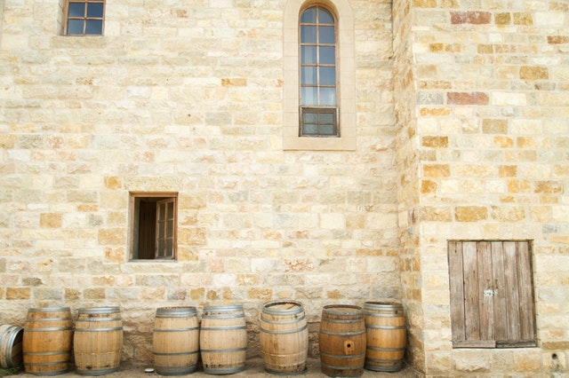 sudy u hradní zdi
