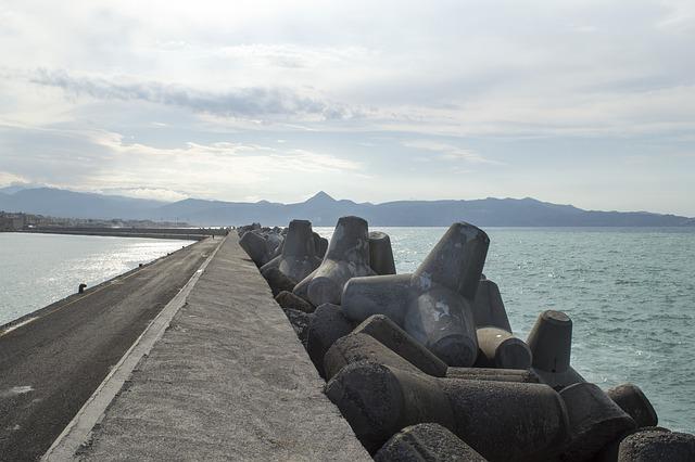 betonové zábrany u moře