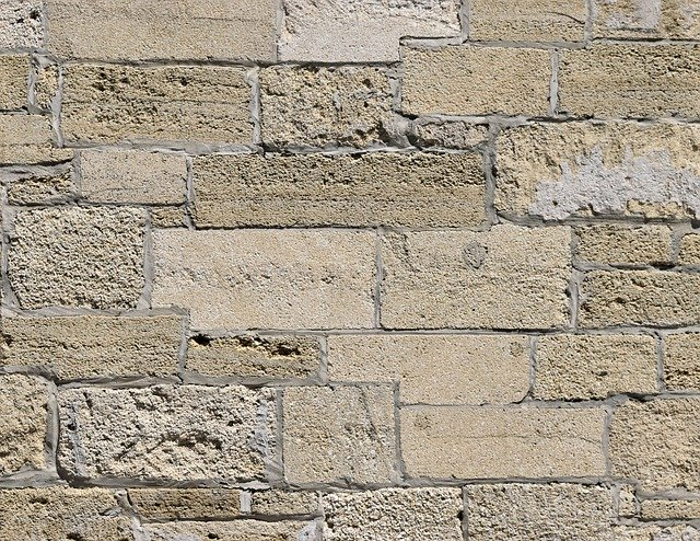 zeď z kamenných bloků