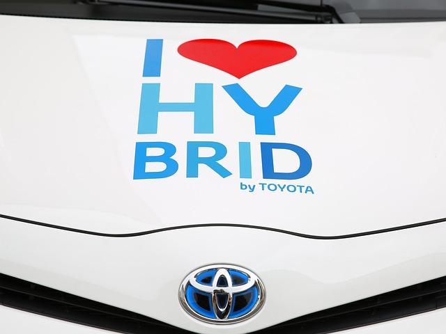 Nápis HYBRID na kapotě Toyoty