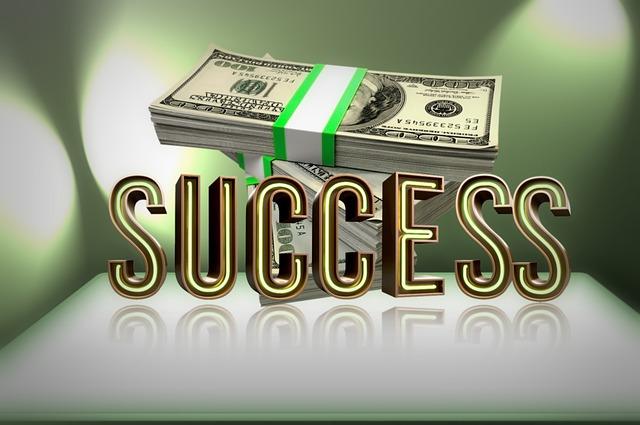 "balíček bankovek, nápis ""success"""