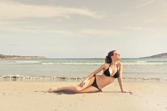 žena v černých bikinách, opalování, moře
