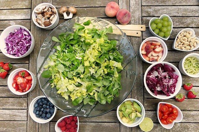 miska se zeleninou, ovoce, salát