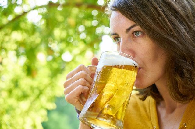 žena pije točené pivo
